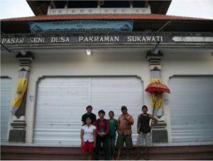 di depan pasar sukawati bali bersama para pedagang