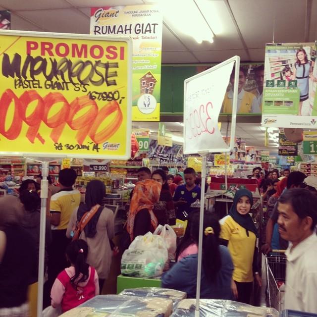 Belanja. Menjelang Ramadhan. T…