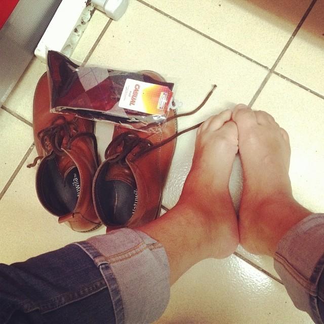 Kaos kaki lenyap melulu di lau…