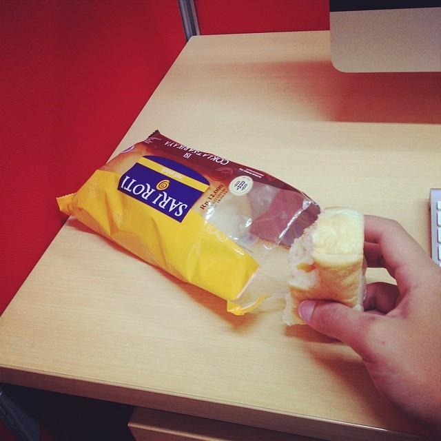 Sarapan roti lagi deh.