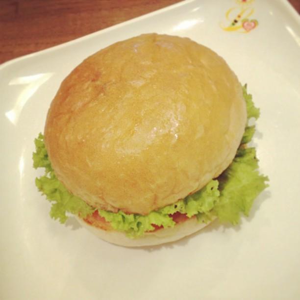 Nyobain burger vegan. Ngga pak…