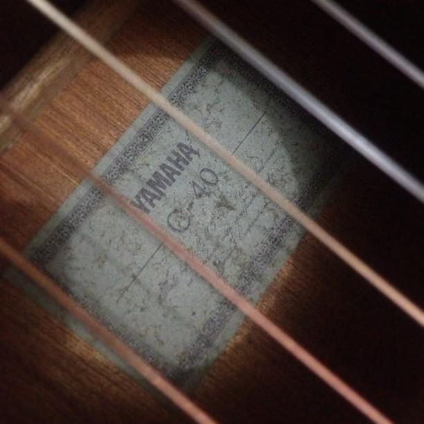 Di rumah om. Nyobain gitar ini…